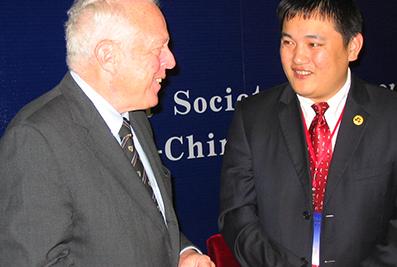 联合国秘书长办公室主任杜比先生与楼明总裁在国际扶贫研计会上交谈