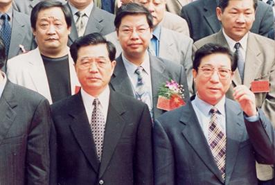 时任国家主席胡锦涛与楼忠福合影