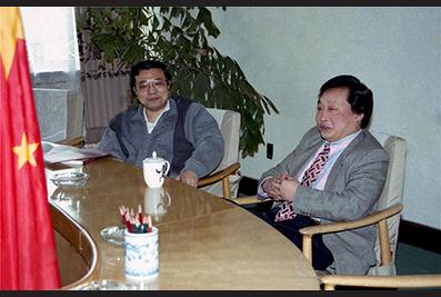 1998年,时任共青团中央书记处第一书记李克强和楼忠福亲切交流