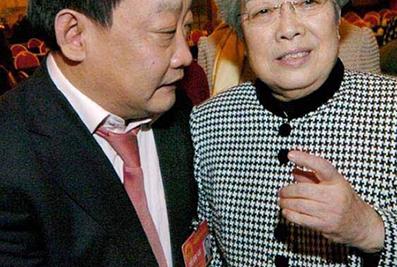 2004年3月,时任国务院副总理吴仪与楼忠福代表亲切交谈