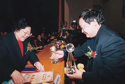 2000年11月,时任全国人大常委会副委员长彭佩云给楼忠福颁奖