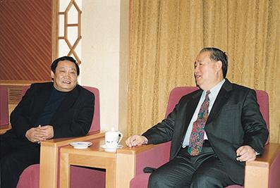 2000年11月21日,时任中共中央政治局委员、全国人大副委员长姜春云接见楼忠福