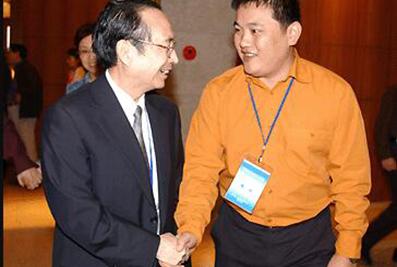 2003年,时任全国人大副委员长蒋正华与楼明亲切交谈