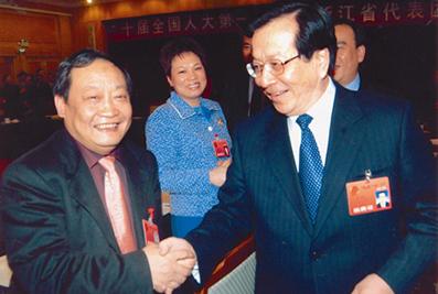 2003年,时任国家副主席曾庆红与楼忠福亲切握手交流
