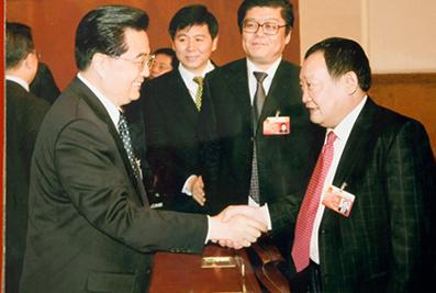 2007年3月,国家主席胡锦涛与楼忠福亲切握手