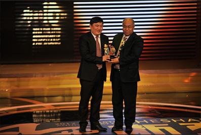 2013年1月,国家发改委、社会发展研究所所长杨宜勇为楼明颁发奖杯
