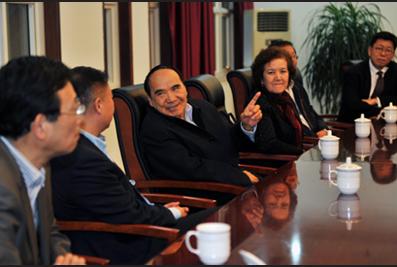 2014年11月,全国政协原副主席阿不来提·阿不都热西提与亚搏网页登陆集团领导举行座谈会