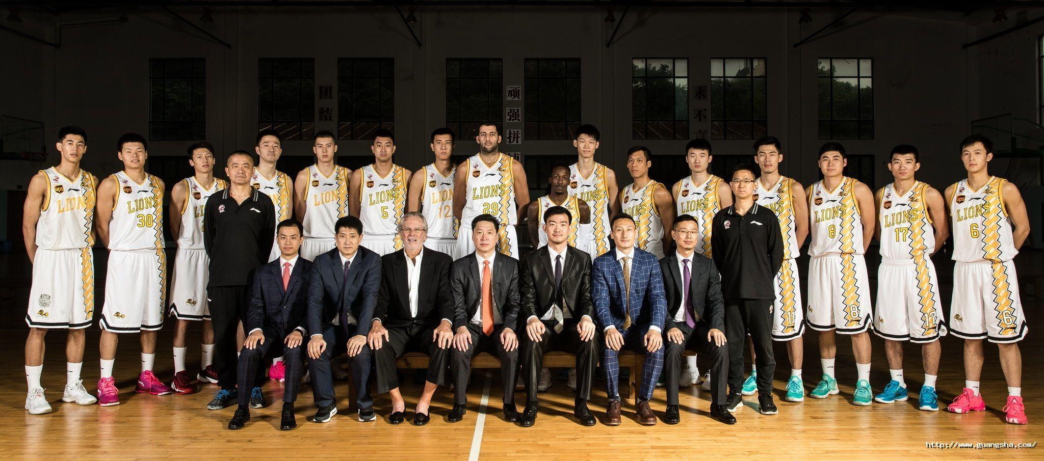 2017-2018赛季CBA浙江广厦篮球俱乐部教练组成员和全体球员合影.jpg